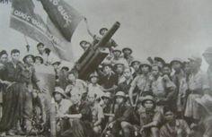 Soldats de la 9ème division avec leur canon d'artillerie de 105mm durant la bataille de Tầm Vu en avril 1948.