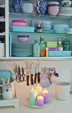 Cocinas retro decoradas en color pastel.