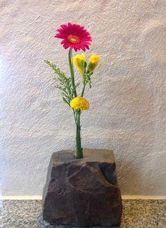 Steinvase. 18er Loch reinbohren. Reagenzglas aus der Apotheke für 0,45€ rein Fertig. Vase, Home Decor, Pharmacy, Stones, Deko, Basteln, Decoration Home, Room Decor, Flower Vases