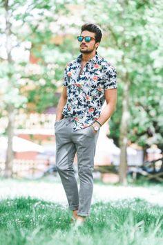 look d'été, vêtement homme classe, chemise manches courtes aux motifs fleuris, pantalon gris plus large dans la zone des poches, lunettes de soleil aux verres bleus