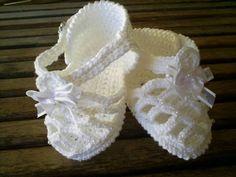 Sandalinha de bebe, feito em crochê, com linha de algodão. Encomenda em qualquer cor. TAMANHOS: sola 8 cm - RN a 02 meses 9 cm - 00 a 03 meses 10 cm - 03 a 06 meses Faço na cor que você desejar. R$ 24,00