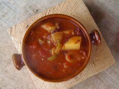Recette de goulash - soupe au boeuf, légumes, épices, pâtes - Les goulash entre soupes et ragoûts sont des plats complets savoureux et consistants à base de légumes, de viande, d'épices originaires de Hongrie. Cette soupe - goulache est souvent servie avec les fameuses pâtes hongroises csipetkes.