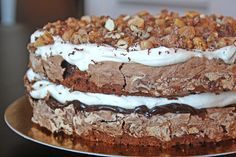 Chokladmarängtårta med salt chokladkolakräm och kanderade nötter
