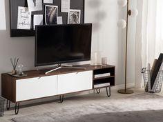 Dit low board zal je verrassen vanwege het eenvoudige ontwerp, de opvallende kleurencombinatie en veel bergruimte. De basis in een warme walnoot hout-look harmonieert perfect met de openklappende deuren in klassiek wit. Het tv meubel overtuigt met een elegant uiterlijk en hoge kwaliteit. Commode Design, Elegant, Bedroom Furniture, Modern Design, Flat Screen, Tv Tables, Ranger, Products, Wood Tv Stands