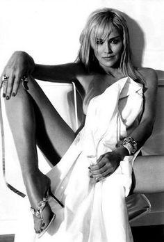 Sharon Stone - DESPE MEU CORPO  Despe meu corpo E faz dele  Uma passagem secreta  Tenta encontrar o caminho A morada do meu coração Leva-me à loucura Ao êxtase da paixão Por caminhos de prazer Entre delírios e gemidos Que afloram os meus sentidos E silêncios de ternura