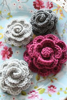 kungen & majkis: Virkade blommor. Beautiful crochet roses (with nice button-looking centers)