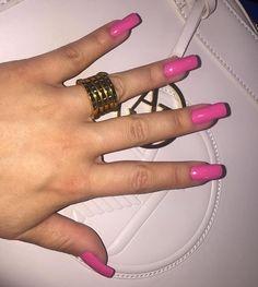 Mesmo que muitos não queiram acreditar, minhas unhas são NATURAIS sim. O que acontece é que às vezes alguma quebra (porque eu sou meio ogra) e aí sim naquela que quebrou coloco unha de fibra pra não precisar diminuir todas. Foi isso que aconteceu ontem 🙈 E quem me salvou e colocou uma unha de fibra na que quebrei foi a minha maravilhosa @jessicatopshow 💕 Além de cuidar do meu bronze, salvou minhas unhas!