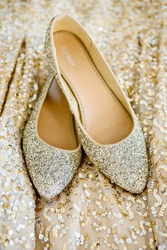 Wedding flats are life savers for every bride. There are so many things to do on your wedding day that your feet won't be able to survive until the evening in high heels. With flats you will easily live through the ceremony, photo shoot, and reception. Glitter Flats, Gold Flats, Gold Glitter, Metallic Wedding Dresses, Casual Homecoming Dresses, Gold Dress Shoes, Ballerina, Baskets, Wedding Flats