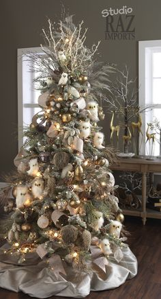 Get plenty of inspiration with these beautiful Christmas tree ideas. From rustic to farmhouse Christmas trees, there are ideas for every style of decor. Christmas Owls, Woodland Christmas, Christmas Tree Themes, Christmas Tree Toppers, Country Christmas, Christmas Tree Decorations, White Christmas, Xmas Trees, Christmas Ornaments