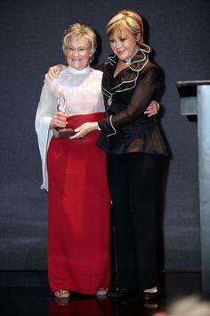 Clara Gorodezky, Presidenta de la Fundación Comparte Vida, recibiendo el reconocimiento de manos de Lolita Ayala
