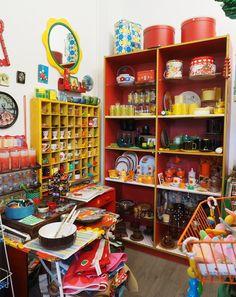 Sisustusta, kirppislöytöjä, nostalgisia tavaroita ja esineitä käsittelevä blogi.