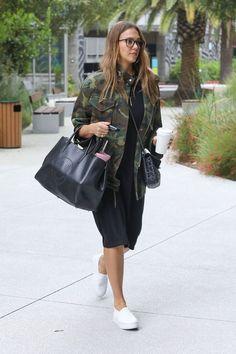 Jessica Alba's camo jacket style look for less fashion // TheBudgetBabecom - Plus Size Jessica Alba Outfit, Jessica Alba Casual, Jessica Alba Style, Jessica Alba Fashion, Black Dress Outfits, Casual Outfits, Fashion Outfits, Womens Fashion, Camo Fashion