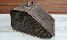 Rå gammeldags kulspand - ren og helt intakt. Kan bruges til opbevaring af småting eller måske som en sej gemmekasse på teenageværelset.