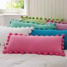 Подушки с помпонами для кровати