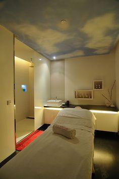 Clarins HydraQuench Range and Facial || Day spa || massage therapy room || esthetician room || aesthetician room || esthetics || skin care || body waxing || hair removal || body scrub || body treatment room