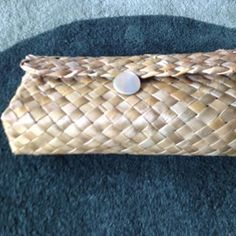 Kono roa. #kono_roa #harakeke #nzflax #handmade Flax Weaving, Basket Weaving, Hawaiian Crafts, Bamboo Crafts, Baguette, Candy Wrappers, Clutch Purse, Straw Bag, Projects To Try
