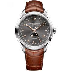 Reloj Baume & Mercier de caja y bisel de acero; extensible tipo correa en piel de color negro; carátula a contraste con manecillas calendario anual completo multifunción y detalle de la marca.