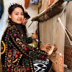 Dos mujeres tejiendo una alfombra de seda