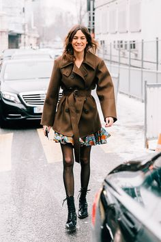 Street Style Paris Fashion Week by Collage Vintage Look Fashion, Paris Fashion, Trendy Fashion, Korean Fashion, Womens Fashion, Fashion Black, Daily Fashion, Street Fashion, Vintage Fashion