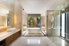 grande salle de bain avec baignoire îlot et douche à effet pluie