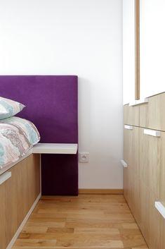Vchod do místnosti pak lemuje na míru dělaná sestava skříní, která designově postel doplňuje. Opět se jedná o lamino v bílé a přírodní barvě, na každé straně ale uvidíte jinou kombinaci. Úchytky z masivního dubu jsou pak rozmístěny jakoby náhodně – téměř nenápadný prvek, který ale na atmosféru pokoje působí nesmírně efektivně. Cabinet, Storage, Furniture, Design, Home Decor, Clothes Stand, Purse Storage, Decoration Home, Room Decor