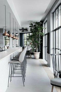 meubles de bar, tabouret gris de bar, plantes vertes, lustre suspendu en gris