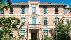 """Villa Regina Arcachon. Dans l'élégant quartier de la Ville d'Hiver, une authentique demeure """"Folle Epoque"""" au jardin arboré, à 800 m de la plage. 66 appartements rénovés entièrement équipés, du studio au 2 pièces pour 3 - 4 personnes."""