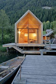 El arquitecto Peter Jungmann diseña un hotel-cabaña de madera y vidrio para disfrutar del lago Weißensee.   diariodesign.com