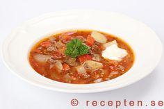 Gulaschsoppa - Recept på en mycket god gulaschsoppa med köttfärs. Enkelt, gott och billigt! Bilder steg för steg.