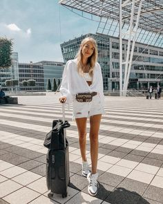 Summer travel outfit @ohhcouture Outfit: Gucci belt bag, Louis Vuitton sneaker, One Teaspoon shorts, Dior bra | ohhcouture, Leonie Hanne