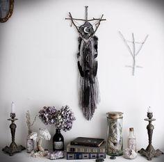 Sylve Lunaire .attrape-rêve triangle et lune, Swarovski, laine, améthyste et plumes de corbeau décoration pagan sorcellerie magie bohème .