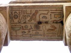 Partie de plafond couvert de hiéroglyphes - Grande salle hypostyle de l'Enceinte d'Amon-Rê dans le complexe religieux de Karnak. Amon, Ancient Egypt, Architecture, Home Decor, You Are Awesome, Nun, Ceiling, Room, Arquitetura
