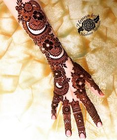 Top Dainty Engagement Mehndi Designs For Bride Kashee's Mehndi Designs, Full Hand Mehndi Designs, Mehndi Designs For Girls, Stylish Mehndi Designs, Mehndi Design Photos, Wedding Mehndi Designs, Latest Mehndi Designs, Mehndi Images, Floral Henna Designs