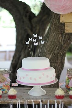 Nice Party Comunión rústica en color rosa- Mesa de dulces  tarta de mariposas