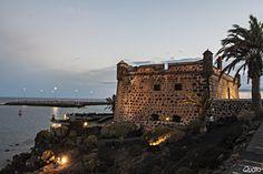 Google+El Castillo de San José está al norte de la capital Arrecife. Es uno de los centros turísticos de la municipalidad de la isla. Está situado entre el Muelle de los Mármoles y Puerto de Naos y sus paredes se elevan obteniendo en el techo del castillo una esplendida vista al mar. Esta fortaleza, construida por orden de Carlos III en 1799. También fue llamado el Castillo del Hambre,