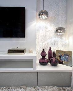 Além da iluminação dos  pendentes deixar o ambiente mais aconchegante ela ressalta o Marmore branco da parede.  Projeto Soft | BEATRIZ FABRI