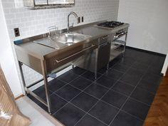 『イエナカ手帖』に投稿されたhayamiさんの記事 - キッチンスペース『タイトル:ステンレスアイテムで揃えたキッチンスペース』です。家の中(イエナカ)の知識や工夫を共有して、イエナカの暮らしをもっと楽しもう! Stainless Kitchen, Home Kitchens, Kitchen Design, Kitchen Decor, Modern Kitchen, Outdoor Kitchen Grill, Kitchen Room, Modern Kitchen Bar, Modern Outdoor Kitchen