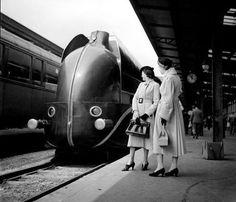 Une Locomotive aérodynamique à la gare de Lyon, mise en service par la Compagnie Paris-Lyon-Marseille (PLM) en 1937