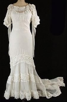 A stunning vintage wedding gown from the 1930s #1930s. I seriously want this for my wedding .....