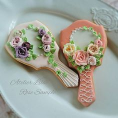 Vintage style hand mirrors with roses flowers decorated cookies. Galletas decorada.