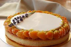 Абрикосовый тарт с лавандой и запечённым фисташковым кремом.