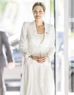 « Le viol est une arme de guerre qui vise les civils (...) Il est effectué pour torturer et humilier des innocents, souvent de très jeunes enfants. » Angelina Jolie a fait de la lutte contre les violences sexuelles en temps de guerre son cheval de bataille depuis de nombreuses années.  http://www.elle.fr/People/La-vie-des-people/News/Angelina-Jolie-se-mobilise-a-nouveau-contre-les-viols-en-temps-de-guerre-2711866