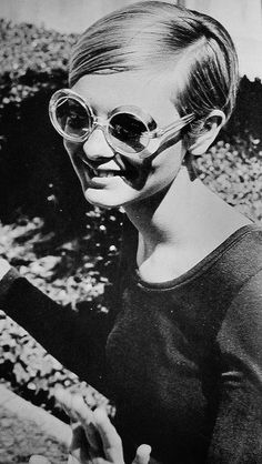 Twiggy. Round sunglasses ideas  for www.smartcreativestyle.com