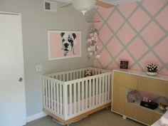 chambre bébé fille en gris et rose avec un lit
