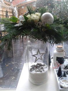 Kerststuk op hoge glazen vaas