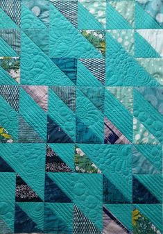 This gorgeous quilt was made from the Fat Quarter Shop's free Blithe Quilt pattern! by addie Easy Quilts, Small Quilts, Mini Quilts, Flying Geese Quilt, Fat Quarter Quilt, Half Square Triangle Quilts, Quilt Modernen, Contemporary Quilts, Blue Quilts