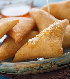 Sopaipillas (mexican Dessert) Recipe Tender warm pillows of fried dough, sprinkled with cinnamon sugar and drizzled with honey. Authentic Mexican Recipes, Best Mexican Recipes, Favorite Recipes, Mexican Bread, Mexican Dishes, Mexican Sweet Breads, Mexican Drinks, Desserts Espagnols, Mexican Pastries