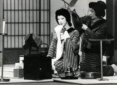 (左)現・坂東玉三郎【お富】、(右)三代目坂東田門【下女およし】  昭和57年3月 歌舞伎座 『与話情浮名横櫛』源氏店