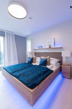 Das neu umgestaltete Schlafzimmer in unserem hartl Haus Musterhaus Trend 146 W in der Blauen Lagune. Smart Home mit Loxone. Trends, Smart Home, Furniture, Home Decor, Blue Lagoon, Parents, Bed, Bedrooms, Smart House