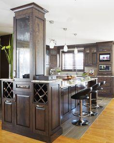 Armoires de cuisine de style classique. L'îlot et la totalité de la cuisine ont été réalisé en merisier. Le tout est harmonisé avec un comptoir de granit. Kitchen Reno, Kitchen Remodel, Kitchen Cabinets, Corner Pantry, Style Classique, Cuisines Design, Cool Kitchens, My Dream Home, Home Remodeling